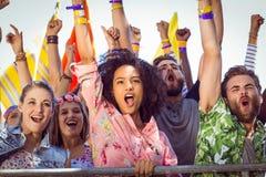 Jovens entusiasmado que cantam avante Imagens de Stock Royalty Free