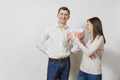 Jovens europeus bonitos em um fundo branco Emoções, conceito de família Fotos de Stock