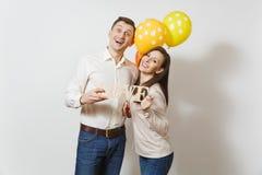 Jovens europeus bonitos em um fundo branco Emoções, conceito de família imagem de stock royalty free
