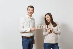 Jovens europeus bonitos em um fundo branco Emoções, conceito de família Foto de Stock