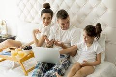Jovens familly na cama Imagens de Stock Royalty Free