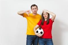 Jovens, fan de futebol ou jogador europeu bonito no fundo branco Esporte, jogo, saúde, conceito saudável do estilo de vida imagens de stock royalty free