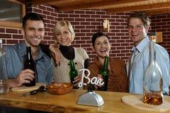 Jovens felizes na barra Imagens de Stock