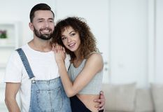 Jovens felizes que estão em uma casa nova Imagens de Stock Royalty Free