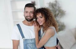 Jovens felizes que estão em uma casa nova Fotos de Stock