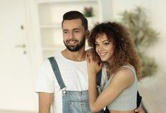 Jovens felizes que estão em uma casa nova Foto de Stock