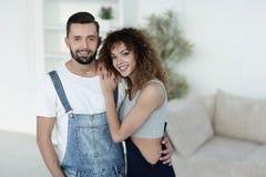 Jovens felizes que estão em uma casa nova Foto de Stock Royalty Free