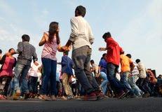 Jovens indianos que dançam no evento aberto da estrada Fotografia de Stock