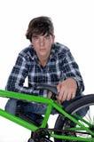 Jovens, motociclista com BMX Imagens de Stock