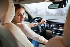 Jovens, mulher que conduz um carro Fotos de Stock