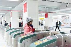 Jovens mulheres através do bilhete do metro fotografia de stock royalty free
