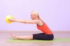Jovens mulheres bonitas que fazem Pilates imagens de stock royalty free