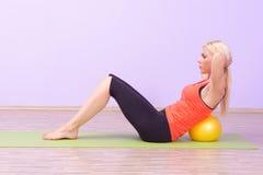 Jovens mulheres bonitas que fazem Pilates imagem de stock royalty free