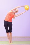Jovens mulheres bonitas que fazem Pilates fotografia de stock royalty free