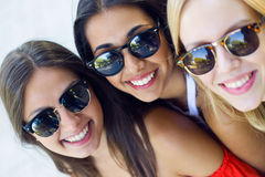 Jovens mulheres bonitas que têm o divertimento no parque Foto de Stock Royalty Free
