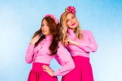 Jovens mulheres bonitos no roupa cor-de-rosa foto de stock