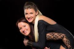 Jovens mulheres com cabelo longo no vestido preto imagens de stock royalty free