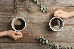 Jovens mulheres com os copos do café quente delicioso Imagem de Stock Royalty Free
