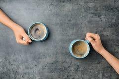 Jovens mulheres com os copos do café quente delicioso Fotografia de Stock