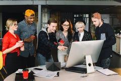 Jovens mulheres e freelancers dos homens ou trabalhadores de TI que usam o portátil, olhando em seu trabalho Retrato interno de m imagens de stock