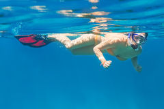 Jovens mulheres em snorkeling no mar de Andaman Fotos de Stock Royalty Free