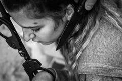 Jovens mulheres fechados com as algemas ao radiador Fotografia de Stock Royalty Free