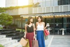 Jovens mulheres felizes fotos de stock