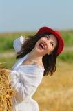 Jovens mulheres felizes no campo do monte de feno Fotos de Stock