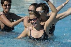 Jovens mulheres felizes que fazem o exercício foto de stock royalty free