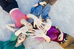 Jovens mulheres independentes fortes que lutam pela igualdade do gênero w Imagem de Stock