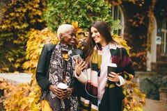 Jovens mulheres multirraciais exteriores fotografia de stock royalty free