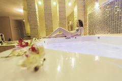 Jovens mulheres na banheira de hidromassagem imagens de stock