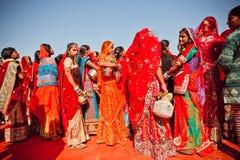 Jovens mulheres na multidão de senhoras na Índia foto de stock