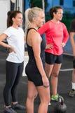Jovens mulheres no curso de formação do crossfit Imagens de Stock Royalty Free