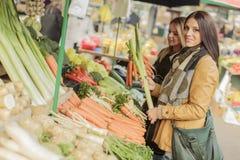 Jovens mulheres no mercado foto de stock