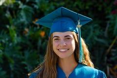 Jovens mulheres no retrato da graduação imagens de stock royalty free