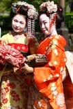 Jovens mulheres no vestido do quimono foto de stock royalty free