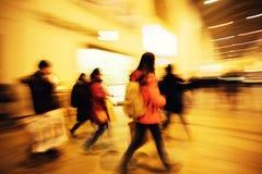 Jovens mulheres que andam após janelas de exposição Foto de Stock
