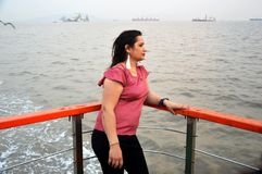 Jovens mulheres que apreciam a água do mar no oceano de mumbai foto de stock