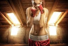 Jovens mulheres que encaixotam, exercício no sótão fotos de stock royalty free