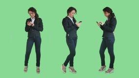 Jovens mulheres que escrevem sms vídeos de arquivo