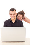 Jovens mulheres que espiam em homens porque infidelidade Fotografia de Stock