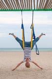 Jovens mulheres que fazem os asanas aéreos da ioga ou a ioga antigravitante internos Voo, aptidão, estiramento, equilíbrio, exerc Fotografia de Stock Royalty Free