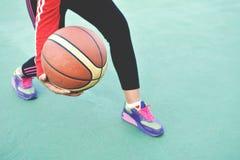 Jovens mulheres que jogam o exercício do basquetebol Fotos de Stock