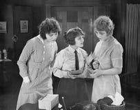 Jovens mulheres que leem notícias emocionantes Imagem de Stock Royalty Free