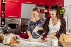 Jovem mulher na cozinha fotos de stock royalty free