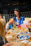 Jovem mulher que recebe presentes para seu aniversário Foto de Stock Royalty Free