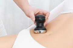 Jovem mulher que recebe o tratamento da cavitação Fotografia de Stock