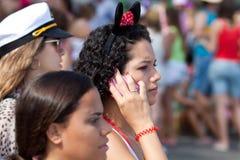 Jovens mulheres que têm o divertimento no carnaval do pessoa livre no Rio Fotografia de Stock