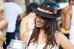 Jovens mulheres que têm o divertimento no carnaval do pessoa livre no Rio Imagens de Stock